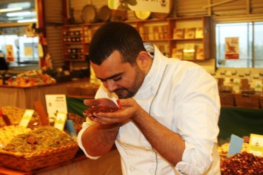 השף מוחמד מסארווה בחוות התבלינים. צילום-אגמדיה
