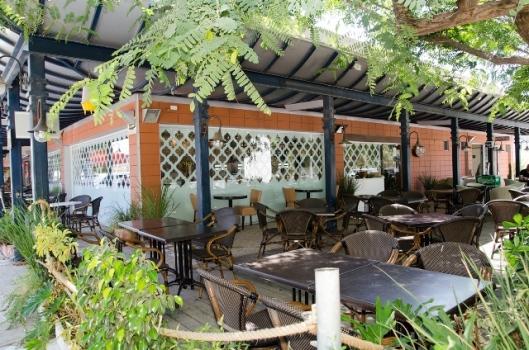 חצר מסעדת ינאיס בצומת מגידו