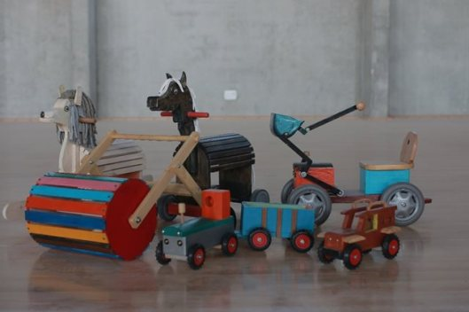 כלי תחבורה וסוסי נדנדה מעץ מלא בשילוב מתכת ובד. אקו טיק- אליהו משגב. קרדיט צילום רן י_