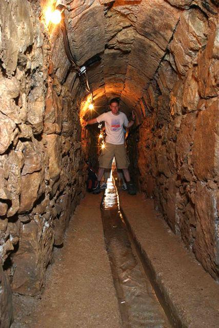 נקבה תת קרקעית (3)