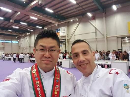 שף חי שוורץ וג'קי צ'אן קים  אחד משופטי התחרות מדרום קוריאה
