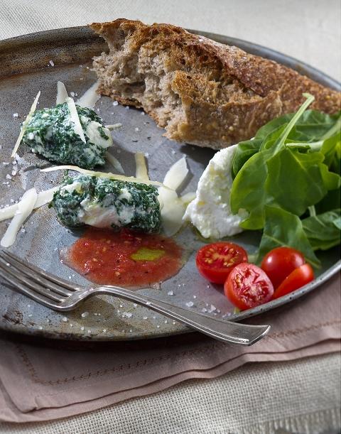מלפטי לביבות תרד וריקוטה עם סלסלת עגבניות צילום אנטולי מיכאלו - שף אילן חפץ מסעדת פורטו בנמל תל אביב