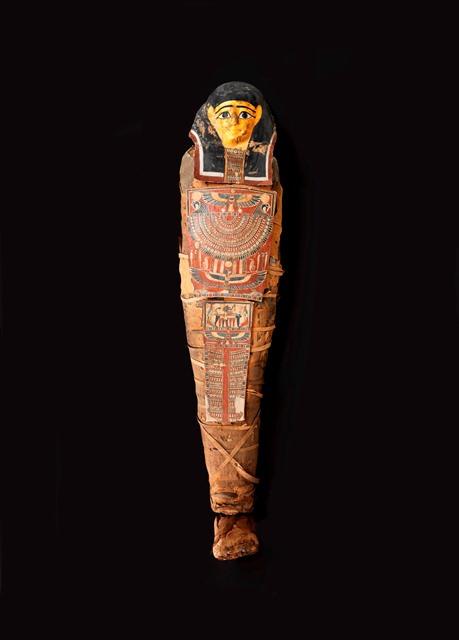 המומיה בתוך ארון הקבורה. צילום אלי פוזנר. מוזיאון ישראל ירושלים